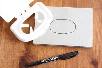 あとはニッパーやキリなどの工具や、サインペンなどお家にある文具などでOK。作り方も簡単で、ブリキボックスのフタの上の、ウェットティッシュケースの穴にしたい部分に、ペンで印をつけたら、キリやニッパーで穴をあけます。