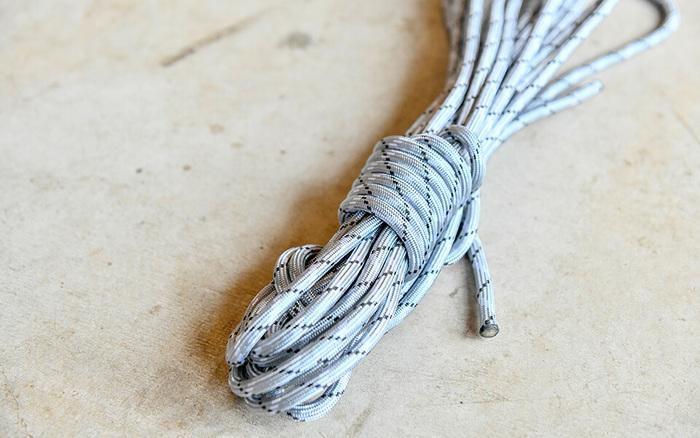 ブランドアイコンになっているロープは、pioneer plantsに欠かせない道具。アカマツは柔らかくて軽いため、硬い金属に耐えられない、という問題が生じました。解決策となったのが、しなやかなロープです。木の特性に合わせた道具が、家具作りを支えています。