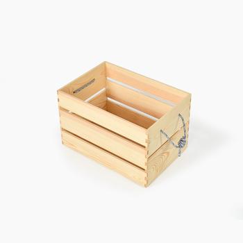 こちらは「カモシカのノアさんのボックス」。シンプルな箱で、収納アイテムとして使えます。側面にロープが付いているので、キャンプ用品などを入れて、持ち運ぶこともできます。