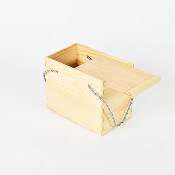 こちらは「リスのテイラー兄弟のバッグ」。料理やドリンクなどを入れて持ち運べる、木のバッグとして使えます。重さが1.5kgと軽量なのは嬉しいポイントです。スライド式の蓋付きで、中身をしっかりガードできるのも◎