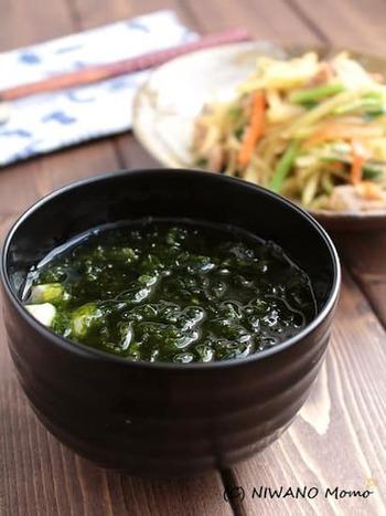沖縄ではあおさのりのことを、「アーサー」と言います。たっぷりのアーサーを使ったお汁は、ちょっぴり生姜が効いて、毎日いただきたくなるようなシンプルな味わいです。