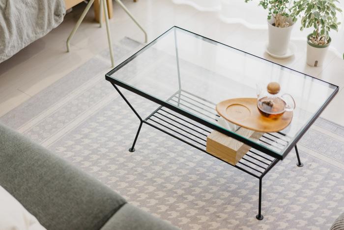 ガラスを使ったテーブルやシェルフなどは、家具の向こう側が見えるため『抜け感』が感じられて部屋を広く見せてくれます。ガラステーブル越しに見える床や壁が空間に広がりを感じさせてくれますよ。