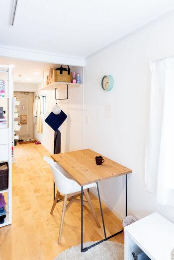 こちらでは部屋の動線の真ん中に大きめのテーブルを置いていますが、脚のフレームが細いため圧迫感を感じさせません。家具の脚部分の細さも意識すると、軽やかな雰囲気を演出できておすすめです。
