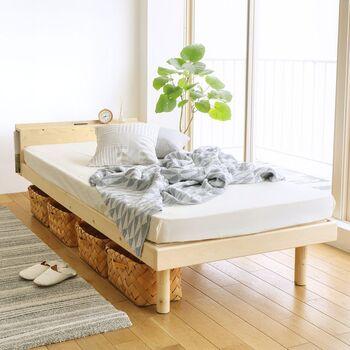 ベッドは細い脚付きのタイプを選ぶのがおすすめ。床が見えることで狭く感じにくくなります。またベッド下に収納スペースを作れるため、余計な収納家具を増やさなくて済むメリットも。ソファやチェストなども同様に脚付きのものが◎