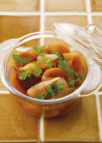 いちじく、柿、洋梨と、複数の果物を一緒に煮たコンポートです。ワインの代わりに桂花陳酒を入れて作れば、また違った味わいを楽しめますね。お好みの果物に変えて作ってみても。
