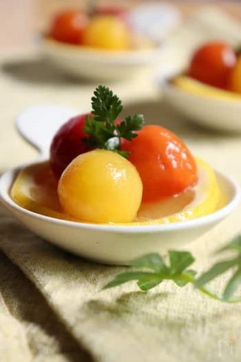 プチトマトもコンポートに♪シロップがよくしみるように湯剥きをしてくださいね♪画像のようにいろんな色のプチトマトで作るとかわいくて、おもてなしにも合いそうです。