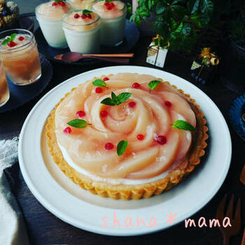 桃のコンポートができたら、ぜひとも作りたいのがピーチタルト。中はヨーグルトムースで、さっぱり美味しい。薄くスライスして、お花のようにデコレーションしたいですね。