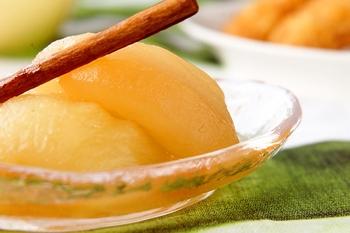 白ワインで煮た、大人味のリンゴのコンポートです。アップルパイでも使われる、リンゴと相性抜群のシナモンを一緒に煮れば、風味豊かに仕上がります。