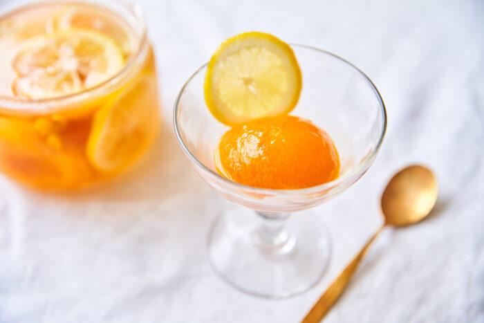 輪切りのレモンもかわいらしい、あんずのコンポートです。短い期間しか手に入らないあんずですが、コンポートにしてたくさん味わいたいですね。