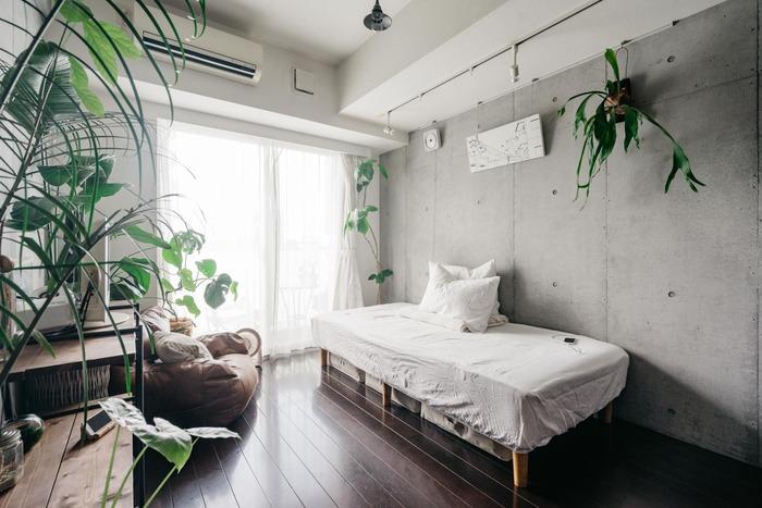 床→壁→天井と上に向かっていくにつれて明るい色になっていくと部屋に広がりが感じられます。カーテンやアクセントクロスを選ぶ時は床と天井の色合いを見て、中間のトーンをチョイスするといいですね。