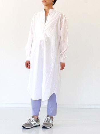 使い勝手の良いグレーのスニーカーは、爽やかな春アイテムの白シャツワンピに合わせて。パンツを涼し気なブルー系にして春らしさを演出。