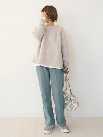 ニット+カットソーのトレンドのレイヤードコーデを意識しつつ、春らしい爽やかカラーのパンツを合わせて。ポイントは遊び心のあるバッグです。