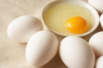 焼メレンゲは卵白だけで作るので、卵黄が余ってしまいますよね。  そこで、残った卵黄を活用してつくるスイーツレシピをご紹介します。これで、全卵を使い切ることができますよ♪