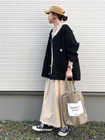 ゆったりとしたパーカーワンピに、大きめのワークジャケットを羽織ったスタイル。ノーカラーの上着だとフードが出しやすいですね。キャップやスニーカーなどスポーティーなアイテムをミックスして、カジュアルにまとめています。