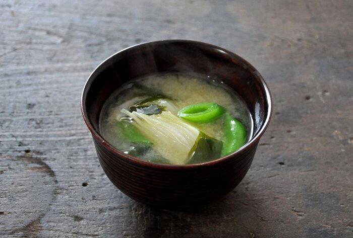 春の食材で作る手軽なみそ汁のレシピ。スナップエンドウはだし汁の中で煮ると下茹で不要で時短になります。彩りよく仕上げるために、茹ですぎないようにタイミングを見て入れるのがコツ。