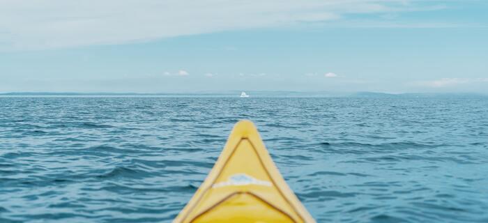 あなたに見えているのは、あなたの目を通した世界だけ。あなたが複数のチームで負っている仕事の状況にあるならば、コミュニケーションや、その時々の状況への対応を重ねて、様々な目に触れながら完成を目指す方が、スマートにいいゴールを迎えられるはずです。   例を挙げるなら、ボートに乗って大海原へと漕ぎ出し、目的の島を目指すとき――。最初に見定めて決定した角度のまま、島へ直線でたどり着くのは不可能なことは、わかりますよね。風向きや潮流に合わせて、舵やマストを微調整することが必要不可欠なんです。