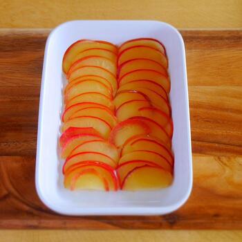 リンゴを薄くスライスすれば、火が通りやすくなってレンジでもコンポートが作れます。レンチンなので、バターも入れてコクもプラス。リンゴの種類は紅玉がおすすめだそうです。