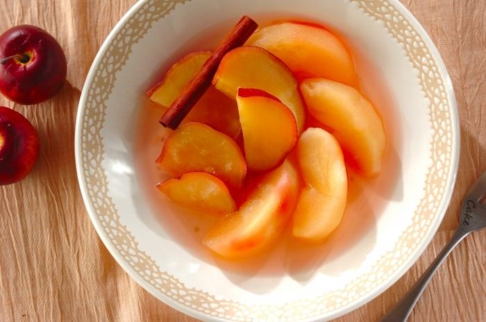 食材を2つ以上にすることで、コンポートの味も新しいものになります。こちらのレシピは、ホクホクのさつまいもとリンゴを煮て、食感の違いも楽しめそう。こちらもレンジで作れる簡単レシピです。
