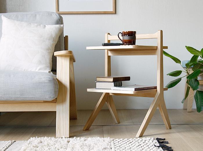これから家具を揃えるという方は、サイズ感に気をつけましょう。狭い部屋では背の低い家具を選ぶことが大切です。高さのある家具は部屋が狭く感じられる原因に。高さと同様に奥行きも浅いコンパクトな家具をチョイスするのがおすすめです。ソファやテレビボードなどは特にサイズをよく考えることが重要です。