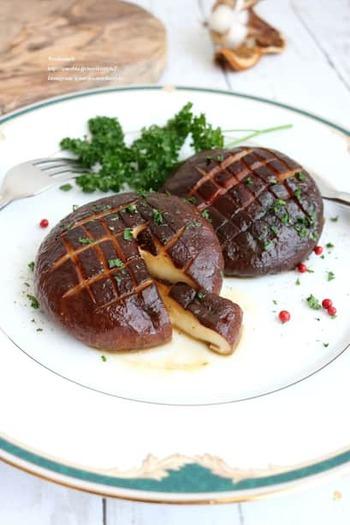 肉厚の椎茸が手に入ったら、ぜひステーキにして旬のおいしさを頂きましょう。じっくり蒸し焼きにして椎茸の旨味を引き出します。醤油バターの味付けで食欲そそる香りです。