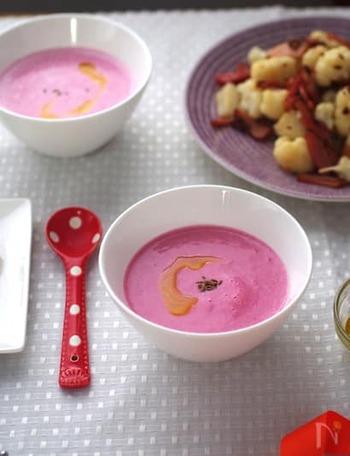 じゃがいもとビーツをブレンドすることで、華やかなピンク色のポタージュに。心と体がほっこりするやさしい味わいです。旬の新じゃがを使ってもOK。