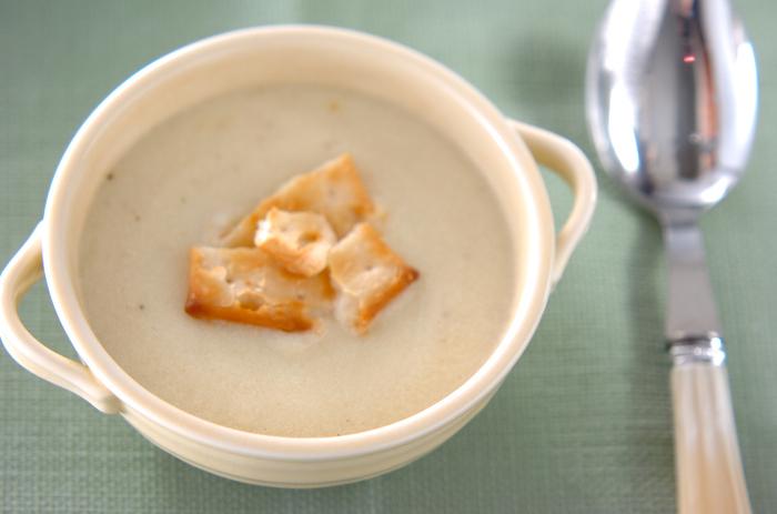 新じゃがいもを使ったスープのレシピ。豆乳を使っているのでヘルシーなのもおすすめポイントです。冷やしても温めてもおいしく食べられ、朝食にもよさそうです◎