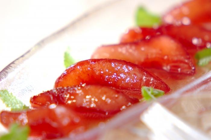 缶詰の洋梨を使って、赤ワインの色がきれいなコンポートに。シナモンや八角、クローブを一緒に煮込めば、缶詰の果物も風味豊かで本格的な味わいに変身です。