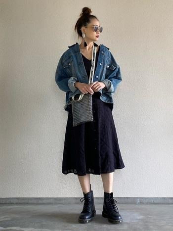 カットワーク刺繍を施したフェミニンなワンピースには、ユーズド感のあるジージャンと、ドクターマーチンのごつめブーツでカジュアルダウン。バランスの良い甘辛ミックスコーデに仕上げて。