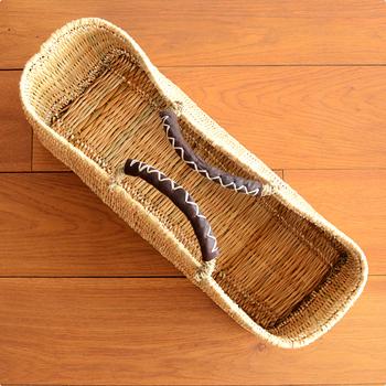 大容量の横長サイズのバスケット。松野屋さんのかごバッグは、モロッコの職人がひとつひとつ手作りしており、網目が繊細です。ハンドルが革になっており、強度や耐久性に優れ、ぱっと目をひくアクセントにもなっています。