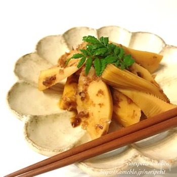 たけのこ料理の定番といえばこれ!土佐煮とも呼ばれる、出汁とおかかを合わせたシンプルな料理です。材料を鍋で煮るだけなので簡単に作れます。