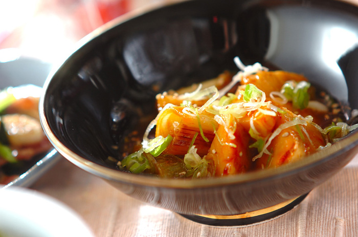 コチュジャンが入った韓国風のピリ辛味です。たけのことネギを炒め、調味料を加えて5分ほど煮たら完成!いつも和風ばかりでマンネリ…という時に、一味違った煮物はいかが?