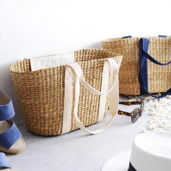 フィリピンの職人さんがひとつひとつ手作りしているLaroneのかごバッグ。春や夏のポカポカ陽気にぴったりのデザインです。マチが広くてお弁当やカトラリーもたっぷり入るし、内ポケットもついています。