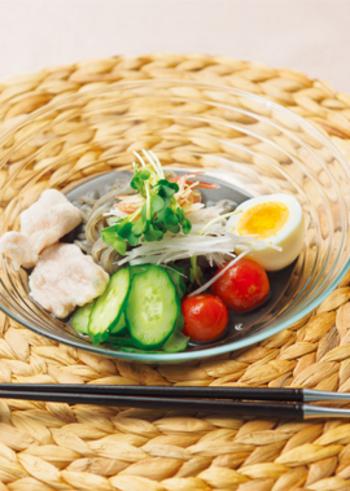 黒練り胡麻を使ったブラック冷麺。鶏むね肉やきゅうり・トマトなどの野菜も入り、栄養バランスのいい一品になります。おもてなしにもよさそうですね。