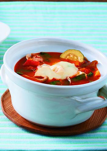 キムチ、コチュジャン、ダシダなどの韓国食材と、トマトやチーズなどのイタリアンな食材がよくマッチするキムチチゲ。おしゃれさもうれしい一品です。