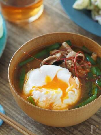 こちらは、豚バラ肉やごぼうなどを使った韓国風の豚汁。コチュジャンを入れると、ちょっと辛くて大人の味わいになります。半熟卵をくずしながらどうぞ。