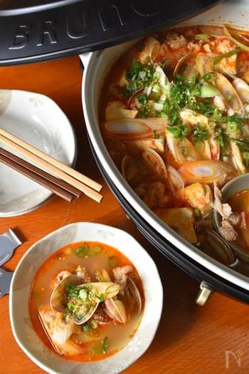 体が温まり、糖質も控えめなスンドゥブチゲ。アサリの豊かなだしやダシダの風味で味わい深く、さっぱりした豆腐との相性も抜群です。