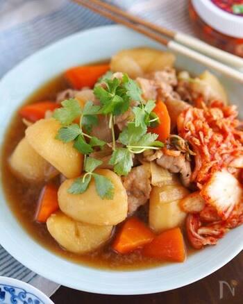 ダシダを使った少し濃いめの韓国風肉じゃが。変わり種として覚えておくと役立ちそうですね。キムチも添えて、さっぱり召し上がれ。