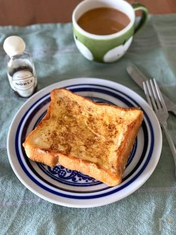 定番にしたいシナモンフレンチトースト。卵液にしっかり染み込ませばふるふるの食感に。長めに浸せば、冷凍食パンでも作ることができますよ。