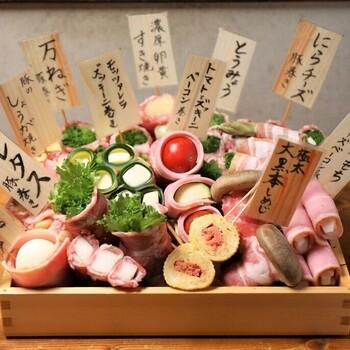 そして、この野菜巻き串ともつ鍋 おくおのめいんはこの箱入りの野菜巻き!スタッフが持ってくるこちらの中から好きな野菜巻きを選んで焼いてくれるんだとか!目で見て選べるから、お腹と相談しながら食べられてとてもおすすめです◎