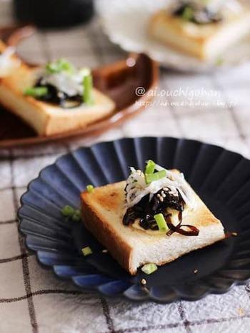 食パンにクリームチーズを塗るのって、均一に伸びづらくて意外に難しい。冷凍食パンなら、するっと手際よく塗れて作りやすい。パパッと手軽なおつまみを作りたい時に試してみませんか?