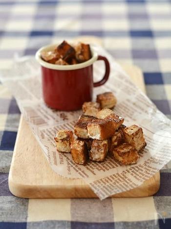 サイコロ状の冷凍食パンとマシュマロで作る甘いクルトン。冷凍だと食パンを小さくきれいにカットしやすく、カリカリに仕上がるのだとか。コーヒーによく合う小粋なお菓子です。