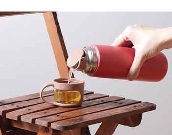 飲み物を入れて持ち運ぶなら、シンプルなボトルよりも保冷保温ができる水筒が便利。フタがコップ付きになっているアイテムなら持ち物をちょっと減らせるからいいですよね。注ぎ口がワンタッチで開閉できて使いやすいですよ。