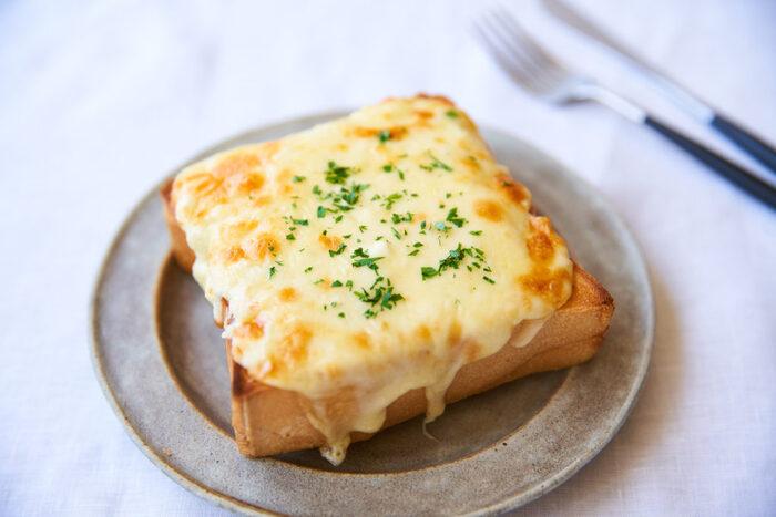 チーズをのせるだけ!の簡単さが嬉しいチーズトースト。こちらのレシピはクリームチーズとミックスチーズ(溶けるチーズ)のダブル使いが贅沢。チーズ好きにはたまりません。先にパンをカリッと香ばしくトーストしておくというちょっとした一手間も大切ですよ。