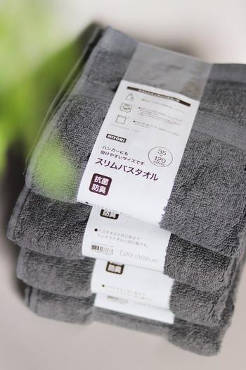 綿100%で抗菌防臭加工が施されている「スリムバスタオル」は、フェイスタオルと同じ幅、バスタオルと同じ長さという絶妙なサイズ感が人気。かさばらず、ハンガーにも掛けやすいのでお洗濯や収納もストレスフリーです。