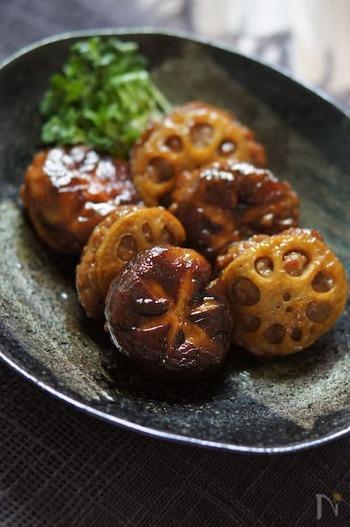 豚ひき肉を椎茸とレンコンでサンドイッチ!食べ応えがあるので、見た目よりお腹満足になる一品です。甘辛の味付けが後を引くおいしさです。