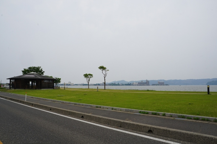 夕方の美しい景色でも有名な、東郷湖。周りには東郷温泉・はわい温泉があったり、また、農業を支える水になっていたりと、様々なところに東郷湖の恩恵を感じることができます。  その東郷湖で、ぜひ夕日に照らされる時間を楽しみませんか。  あわせて立ち寄ってほしいのがこちらの、「めぐみのゆ公園」の足湯。