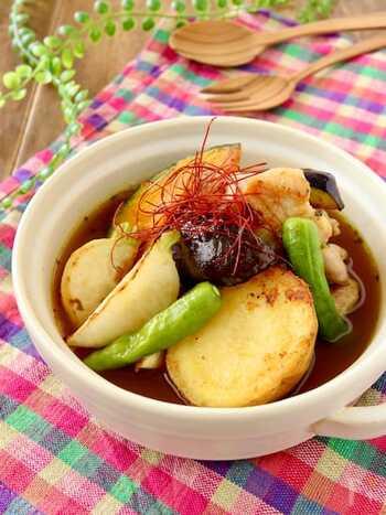 このスープカレーは煮込むのではなく、焼いた具材とスープを盛り付けて作ります。そのため20分もあれば出来上がるという手軽さが嬉しいレシピです。たっぷりと野菜も食べられるので、野菜不足が気になる方はぜひ作ってみてくださいね。
