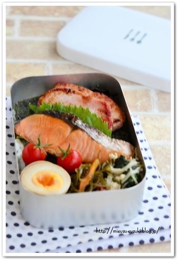 鮭の塩焼きは作りおきで冷凍保存しておいたもの。前夜から冷蔵庫へ移し自然解凍して、朝はレンジで温めるだけだそうです。シンプルだけど、日本人で良かった~と思える味。