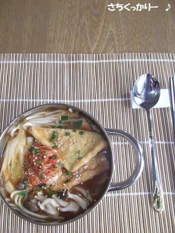 ダシダや韓国唐辛子などを使った煮汁で煮込んだきつねうどん。焼肉の〆などにも喜ばれる韓国風のあったかうどんです。
