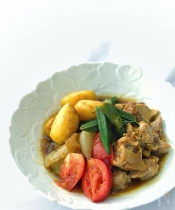 鶏肉やフレッシュ野菜のカレーも、ダシダ入りでコクアップ。無水調理ですので、素材そのものの味わいが楽しめます。